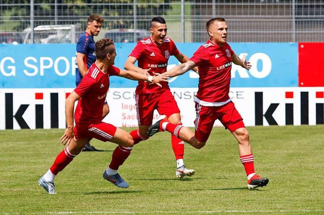 Aus gut 45 Metern trifft Mike Enderle (rechts) zum 2:0 für den Freiburger FC    Foto: Benedikt Hecht