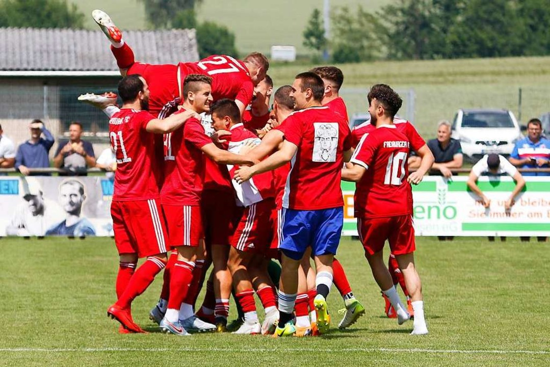 Grenzenloser Jubel bei den FFC-Kickern nach dem Aufstieg.    Foto: Benedikt Hecht