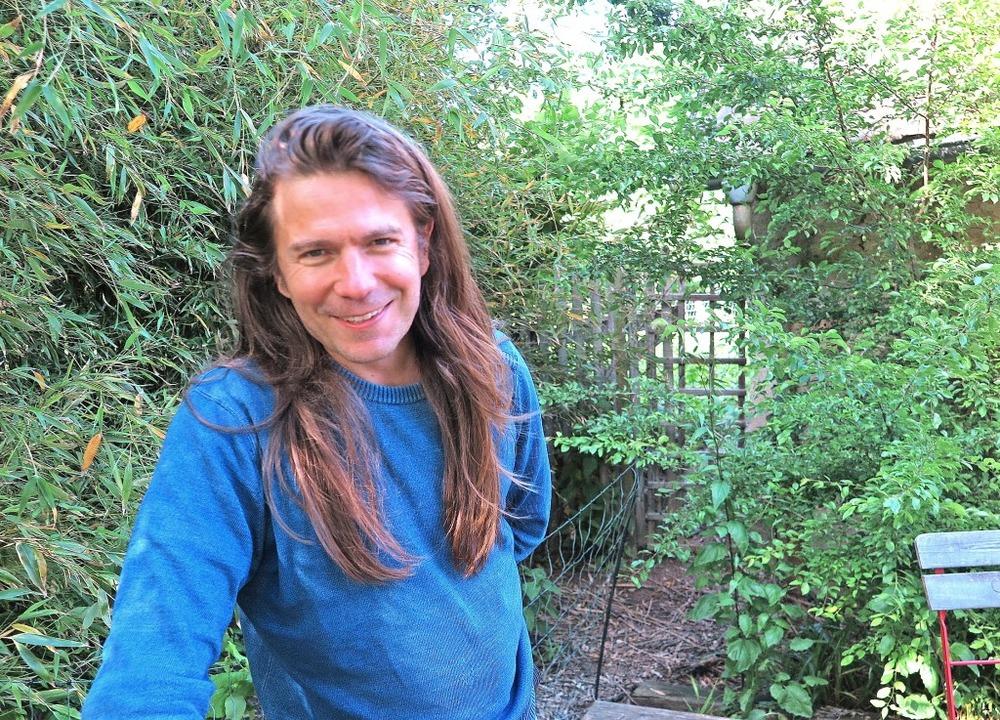 Der Autor Luke Wilkins in seinem Garten in St. Ilgen.     Foto: Dorothee Philipp