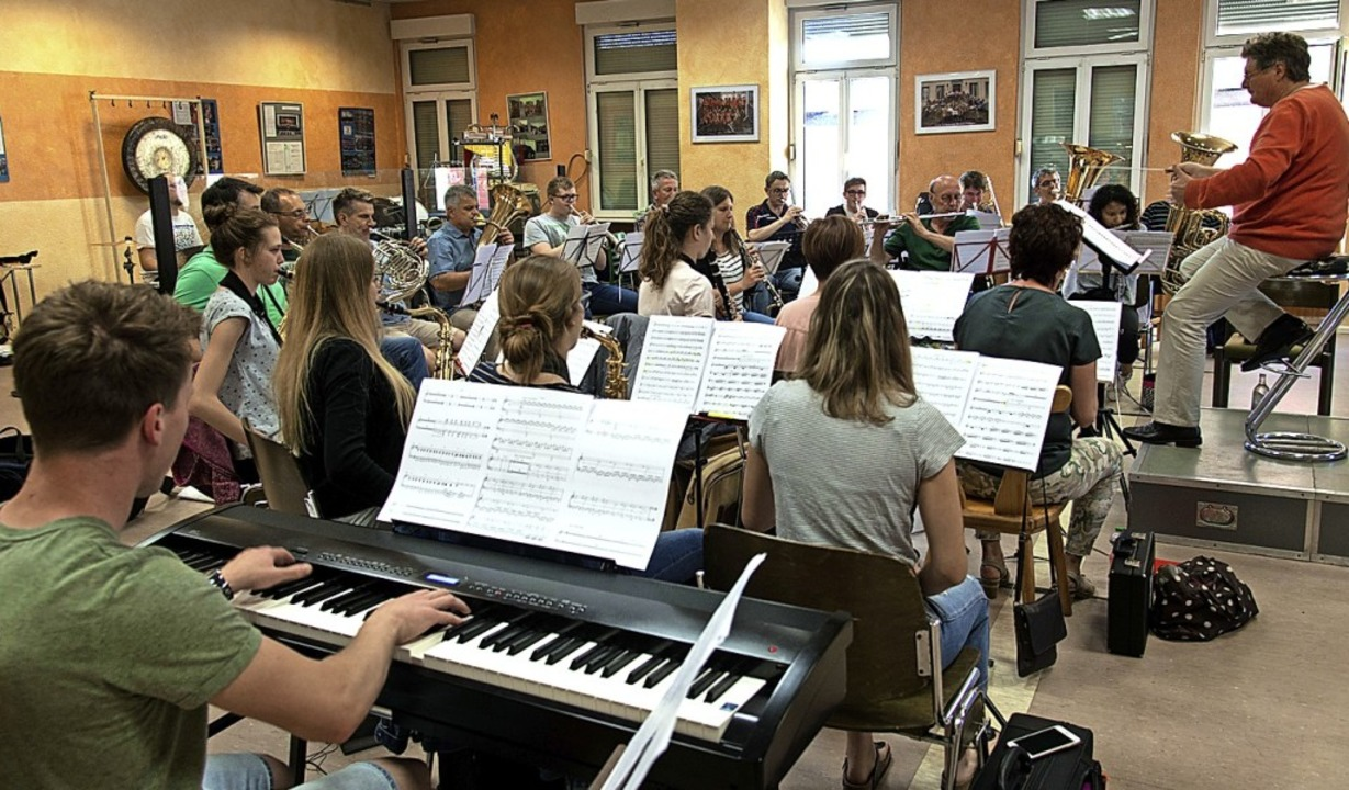 Die  Musiker proben mit Komponist  Andreas Vetter (links) am Keyboard.   | Foto: Christian Gass