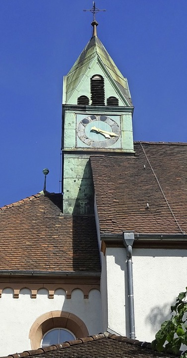 Von der alten Kirche St. Peter und Pau...s)  zur neuen blauen Kirche (rechts).   | Foto: Yvonne Siemann