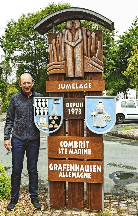 Grafenhausens Bürgermeister Christian ...e rechtzeitig in Combrit aufgerichtet.  | Foto: Wilfried Dieckmann