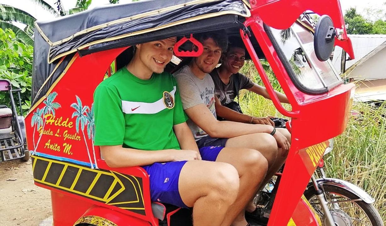 Konstantin Kuglmeier (links) und Phili...bewegungsmittel –  dem Tricycle.  | Foto: Philip Schäuble