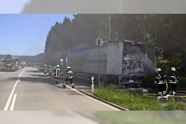 Müll brennt im Lastwagen