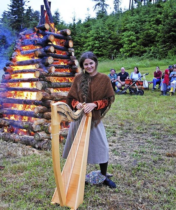 Harfenistin Aite Tinga bezauberte beim Sallnecker Sonnwendfeuer.   | Foto: Gudrun Gehr