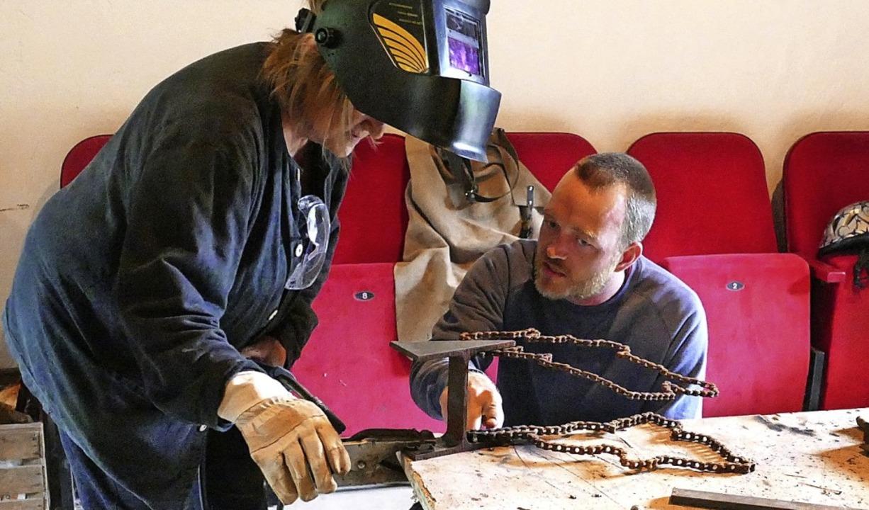 Organisator Jonas Wicke hilft bei den Arbeiten.  | Foto: Simona Eftimova