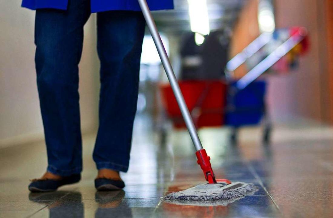 In der Reinigungsbranche arbeiten Mini-Jobber.   | Foto: Jens Büttner (dpa)
