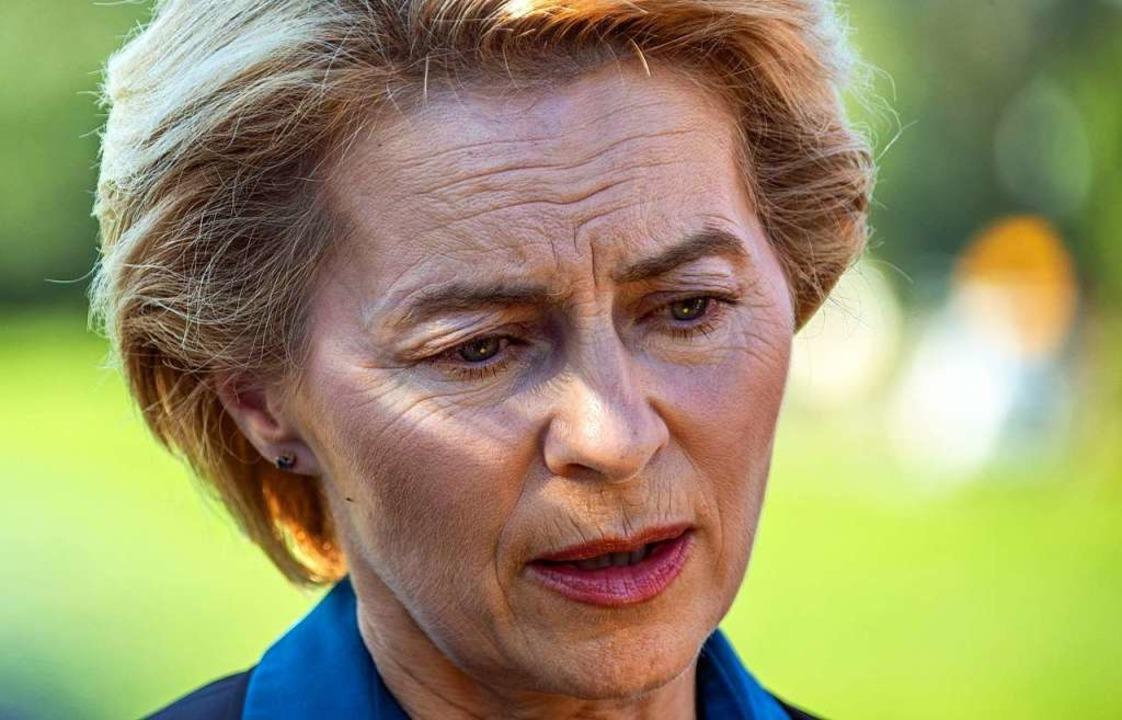 Verteidigungsministerin von der Leyen zeigt sich bestürzt.  | Foto: Jens Büttner (dpa)
