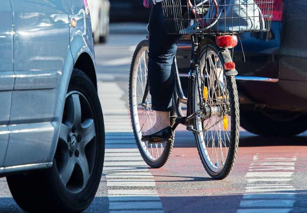 Bei einer Spritztour von Jugendlichen ... mit einem Fahrradfahrer (Symbolfoto).  | Foto: Silas Stein