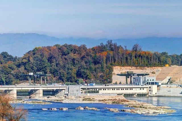 Boot treibt im Wasserkraftwerk Rheinfelden an