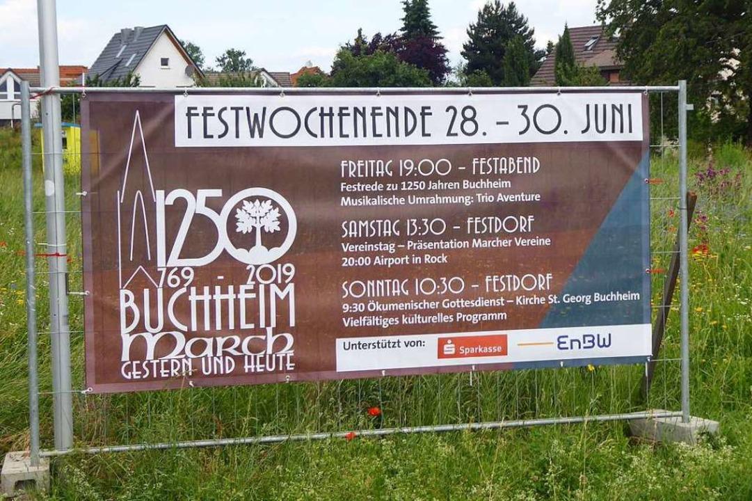 Große Transparente an den Ortseinfahrt...250-jährigen Bestehen des Marchdorfes.  | Foto: Manfred Frietsch