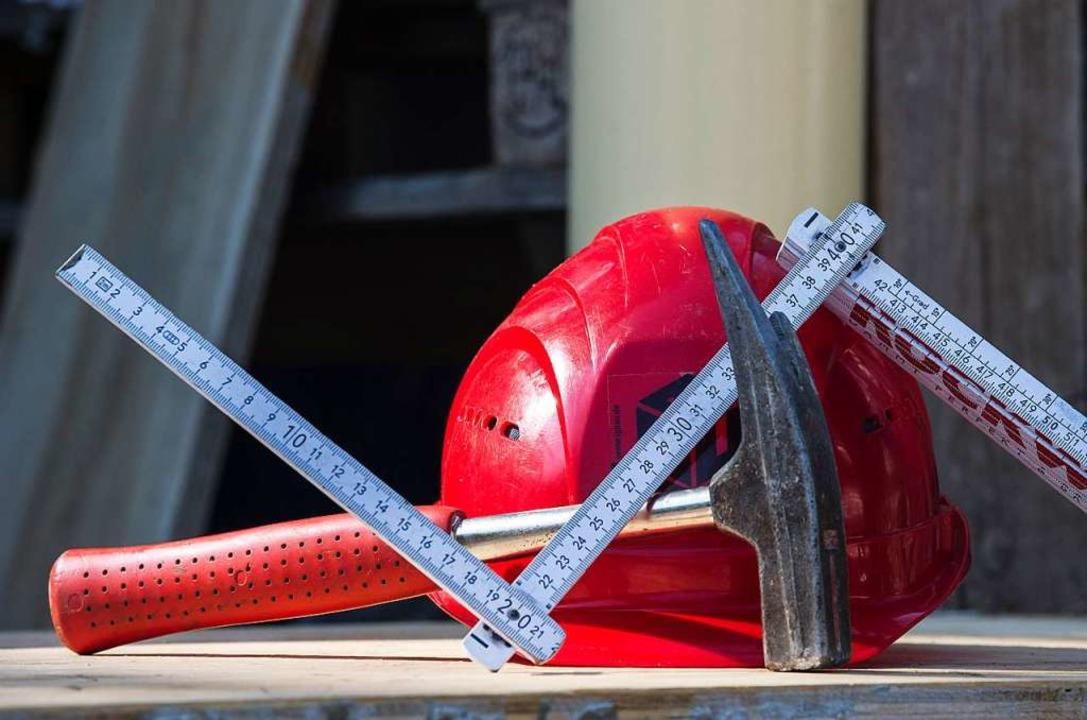 Das Leben auf dem Bau ist gefährlich. ...were Verletzungen am Rücken zugezogen.  | Foto: Paul Zinken
