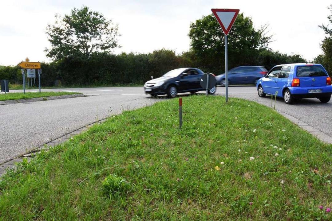 Die Einmündung der Kreisstraße auf die...ch einen Kreisverkehr sicherer werden.  | Foto: Jonas Hirt