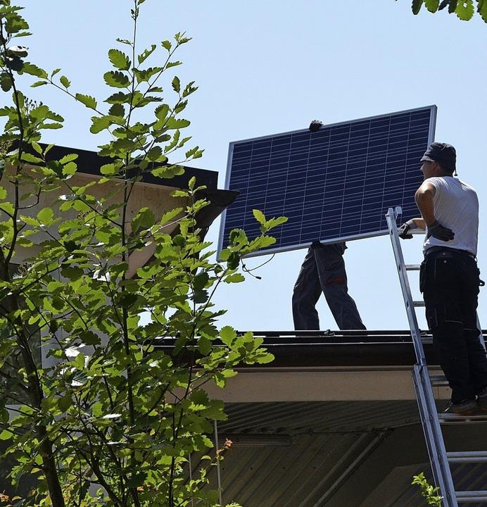Die  Fotovoltaikanlage auf dem Dach de...pro Jahr 37000 Kilowattstunden Strom.   | Foto: Gerhard Walser