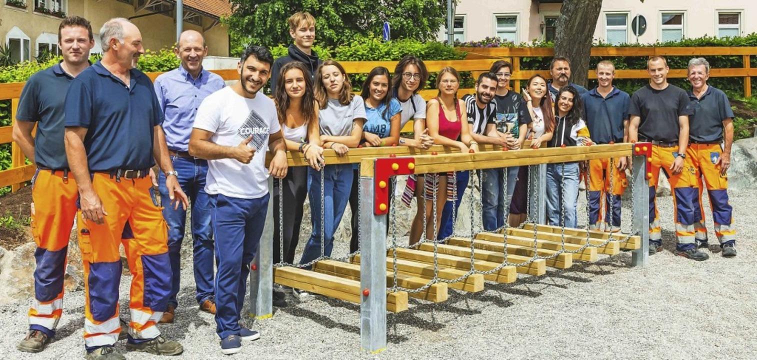 Das Bauhofteam unter Bauhofleiter Mich... dem Pausenplatz vor der Grundschule.     Foto: Wilfried Dieckmann