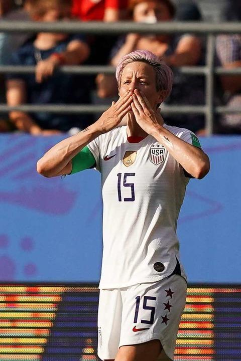 Doppel-Torschützin Megan Rapinoe freut...finalsieg der US-Frauen gegen Spanien.  | Foto: LIONEL BONAVENTURE (AFP)
