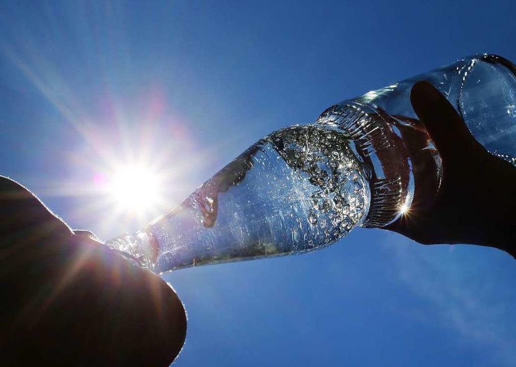 Bei Hitze sollen die Menschen viel Wasser trinken.  | Foto: Karl-Josef Hildenbrand (dpa)