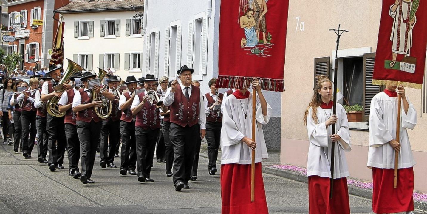 Auch die  Winzerkapelle unter der Leit...er beteiligte sich an der Prozession.   | Foto: Herbert Trogus