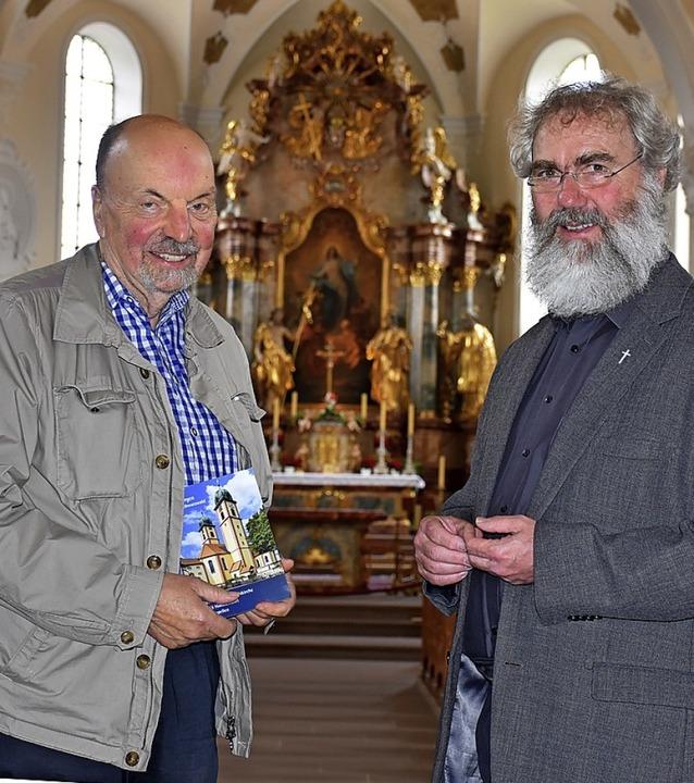 Hans-Otto Mühleisen (links) und Pfarre... stellen den neuen Kirchenführer  vor.  | Foto: Thomas Biniossek