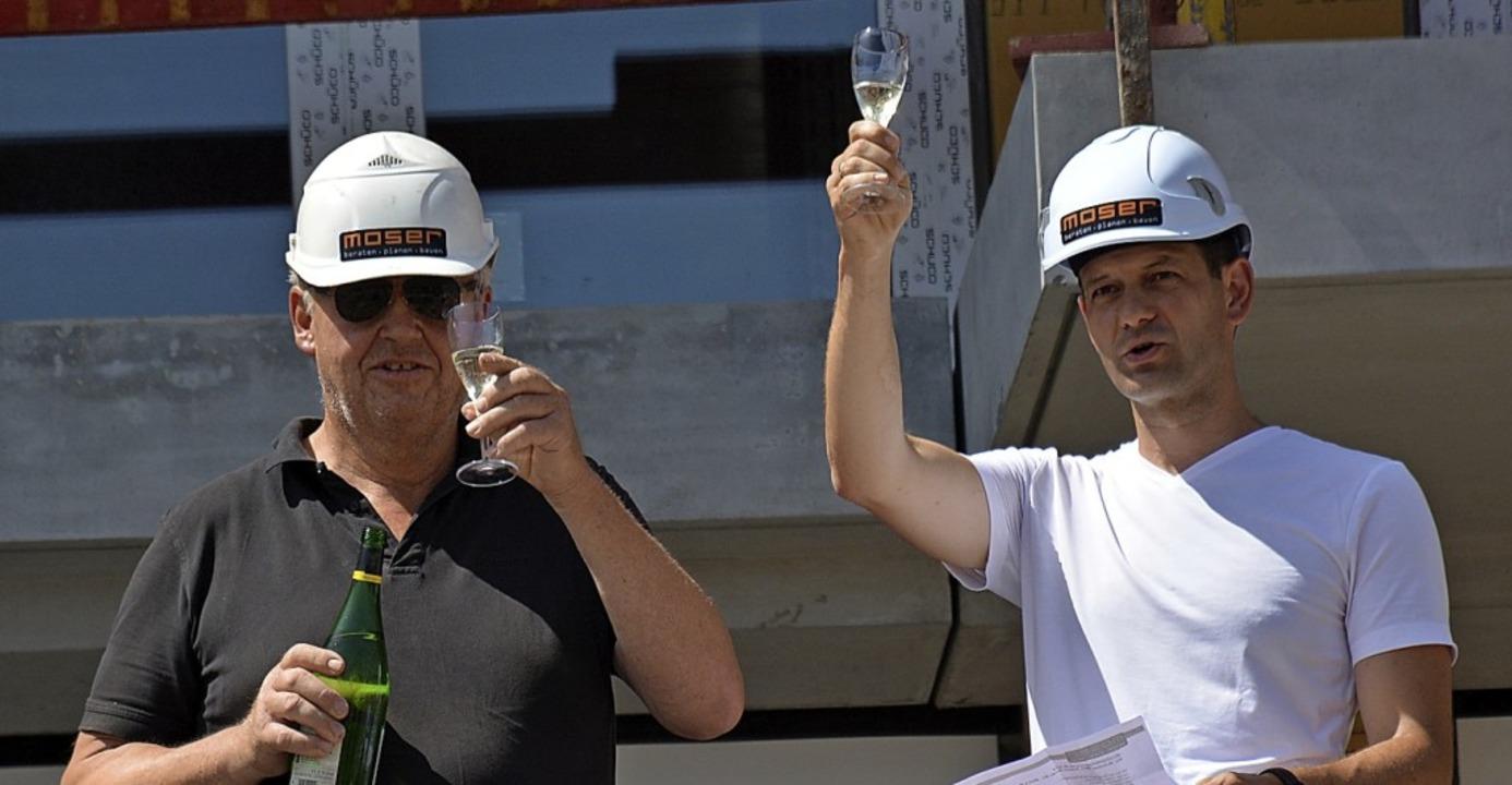 Vertreter der Baufirma Moser brachten den Richtspruch aus.  | Foto: Hannes Lauber