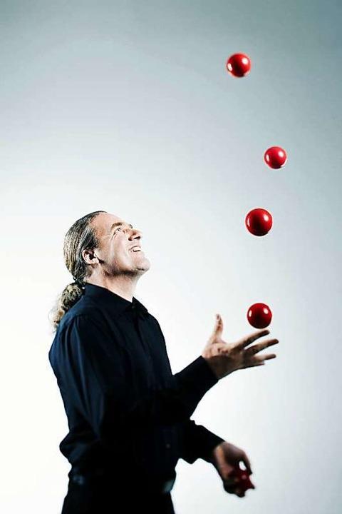 Dirk Denzer ist Entertainer, Jongleur,...t rund 15 Künstlern nach Eimeldingen.   | Foto: Roger Richter