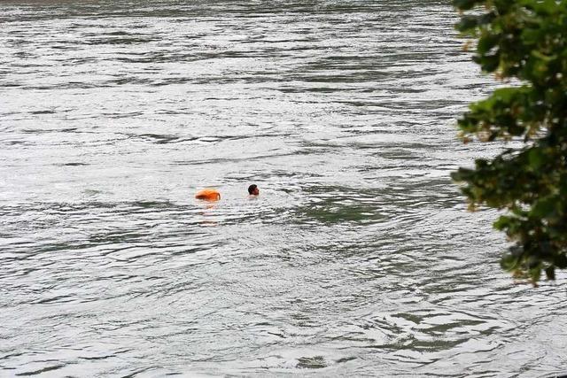 Feuerwehr muss zwei Rheinschwimmer in Basel retten