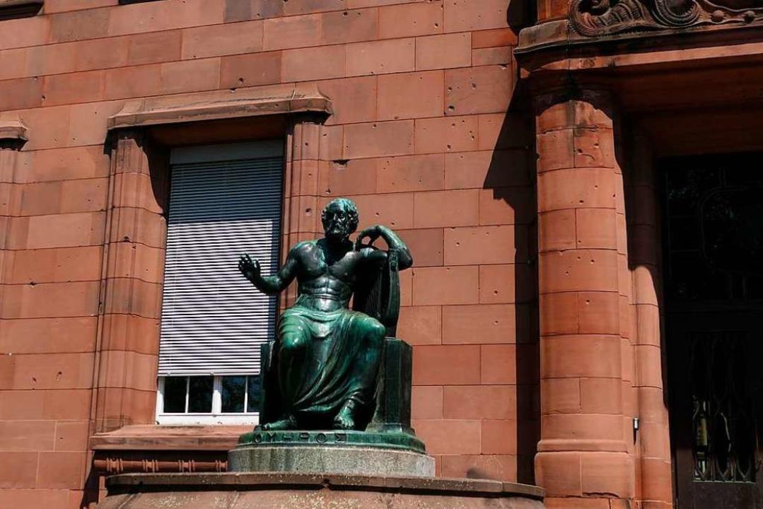 An den Gebäuden der Albert-Ludwigs-Uni...e Einschusslöcher am Eingang zum KG I.    Foto: Joshua Kocher