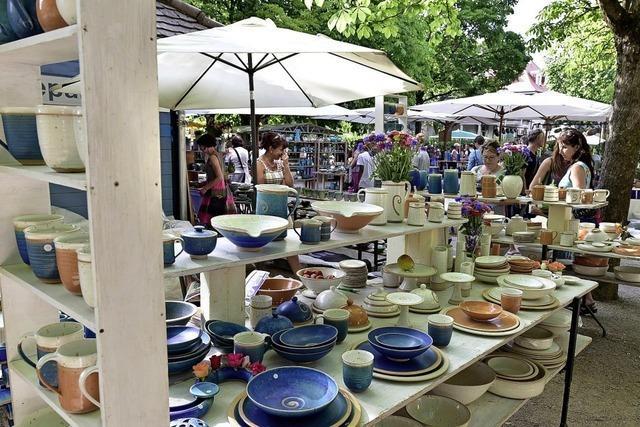 Freiburger Keramiktage vor dem Wiehrebahnhof