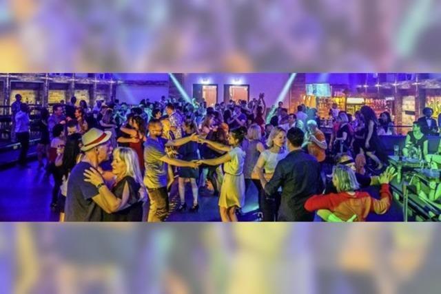 Latin-Sound-Liebhaber tanzen und feiern ausgelassen