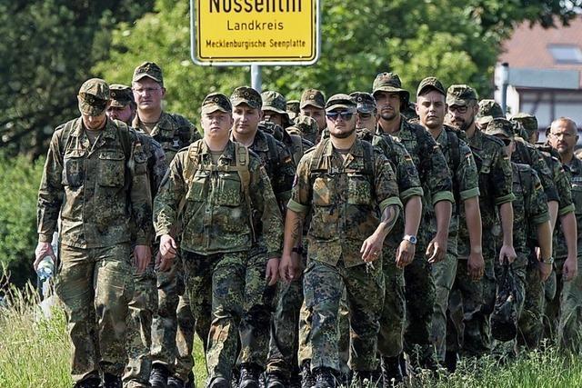 Soldaten suchen Trümmerteile