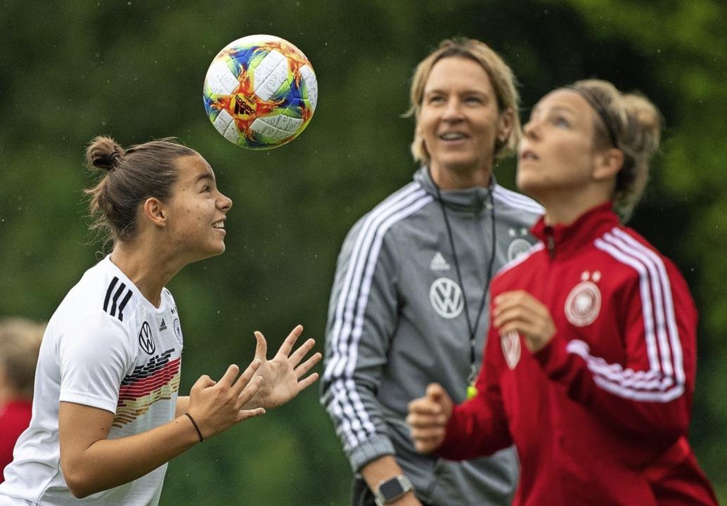 Nur nicht den Spaß verlieren:  Bundest...ena Oberdorf (links) und Svenja Huth.   | Foto: Sebastian Gollnow (dpa)