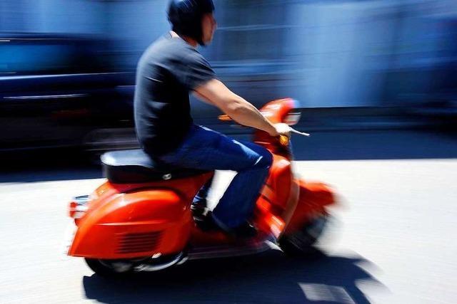 Auto stößt mit Roller zusammen – Rollerfahrer flüchtet