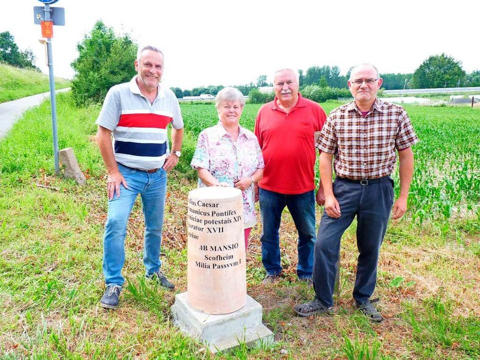 Die Nachbildung eines römischen Meilen...gen Gebhardt vom Heimatverein Hohberg.  | Foto: Gemeinde