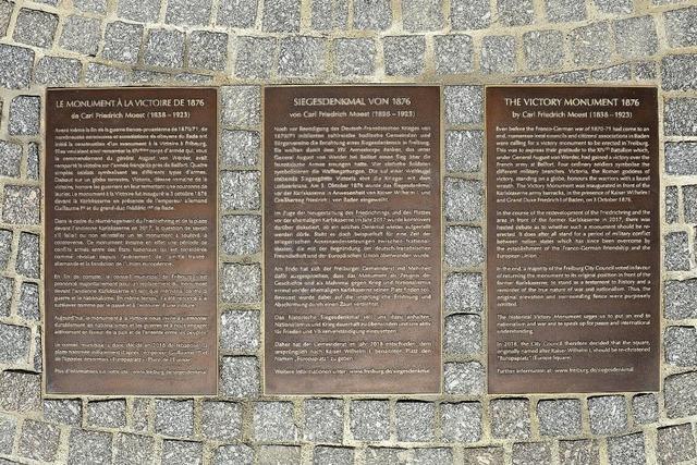 Drei Bodentafeln erklären das Siegesdenkmal