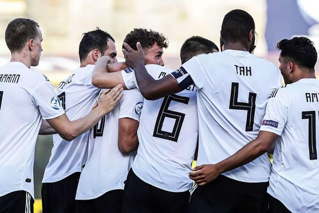 Gruppenjubel: Deutschland steht im EM-Finale.  | Foto: ISABELLA BONOTTO (AFP)