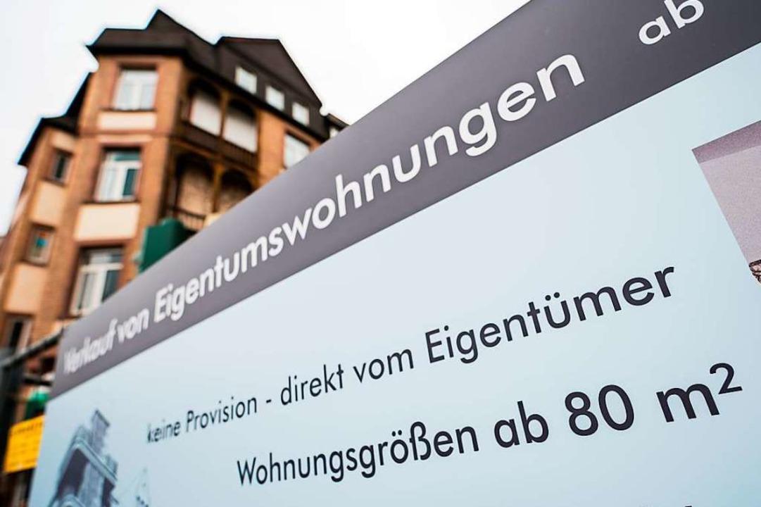 Ein Bauschild wirbt in Frankfurt für Eigentumswohnungen.  | Foto: Andreas Arnold