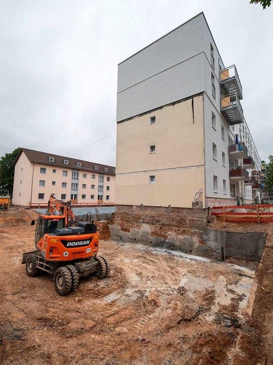 Zwei neue Stockwerke sind auf dieses M...nsiedlung in Frankfurt gesetzt worden.  | Foto: Boris Roessler