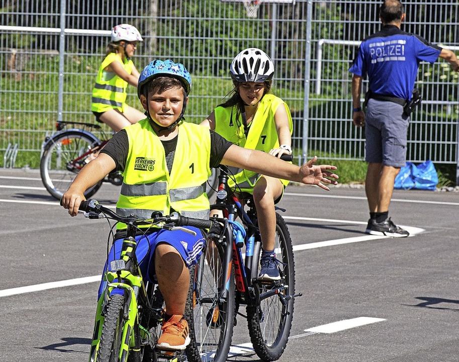 Die Klasse 4a beim Verkehrsunterricht ...tz auf dem Parkplatz beim Waldstadion.  | Foto: Wolfgang Scheu