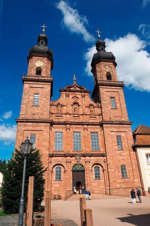 Die markante Kirche mit den zwei Türme...nnungszeichen der Gemeinde  St. Peter.  | Foto: Markus Donner