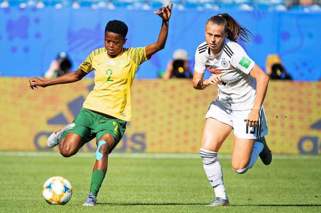 Klara Bühl (rechts) im Vorrundenspiel gegen Südafrika  | Foto: Sebastian Gollnow (dpa)