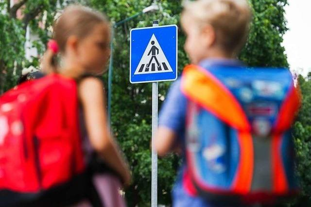 Parkende Autos versperren den Kindern in Kuhbach die Sicht