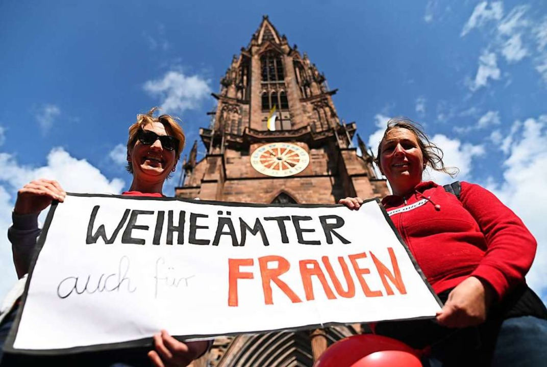 Zwei Frauen der Initiative Maria 2.0 vor dem Münster  | Foto: Patrick Seeger (dpa)