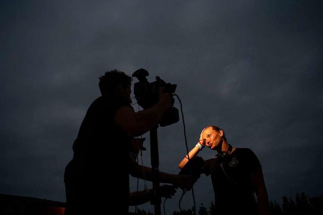 Alexandra Popp beantwortet die Fragen von Journalisten.  | Foto: Sebastian Gollnow (dpa)