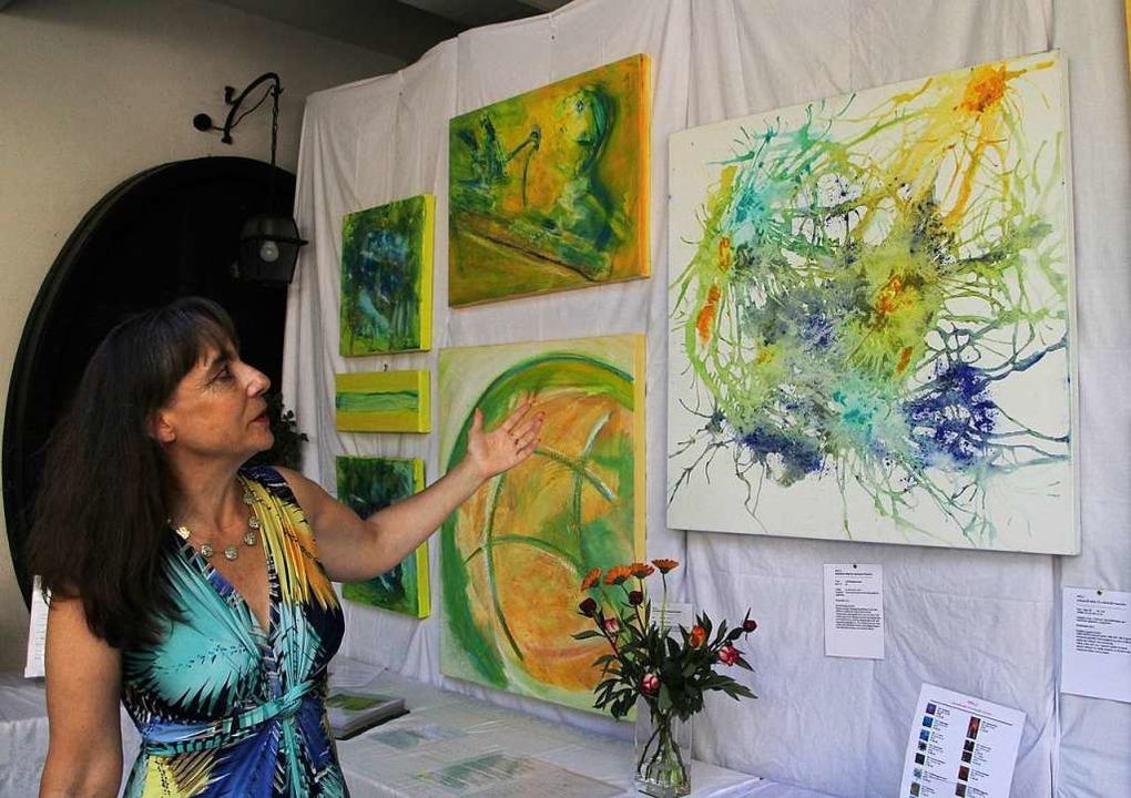 Die Künstlerin Milu  präsentierte im Weingut Bercher ihre Acrylmalerei.  | Foto: Herbert Trogus