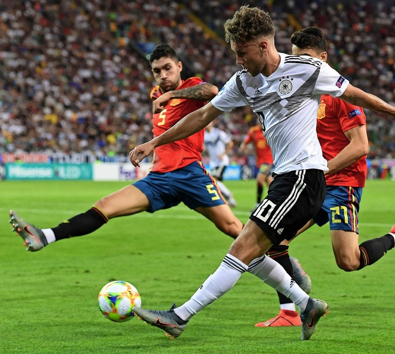Luca Waldschmidt komm gegen den Spanier Unai Nunez (Nummer 5) zum Abschluss.  | Foto: MIGUEL MEDINA (AFP)