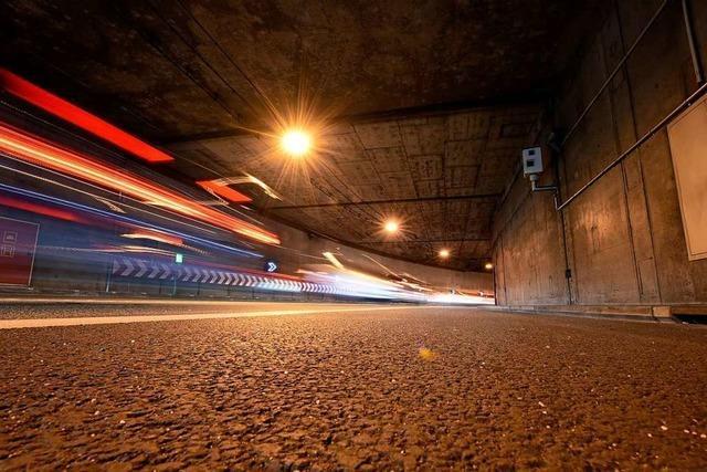 Verkehr auf B31-Ost staut wegen eines Pannenfahrzeugs im Schützenallee-Tunnel