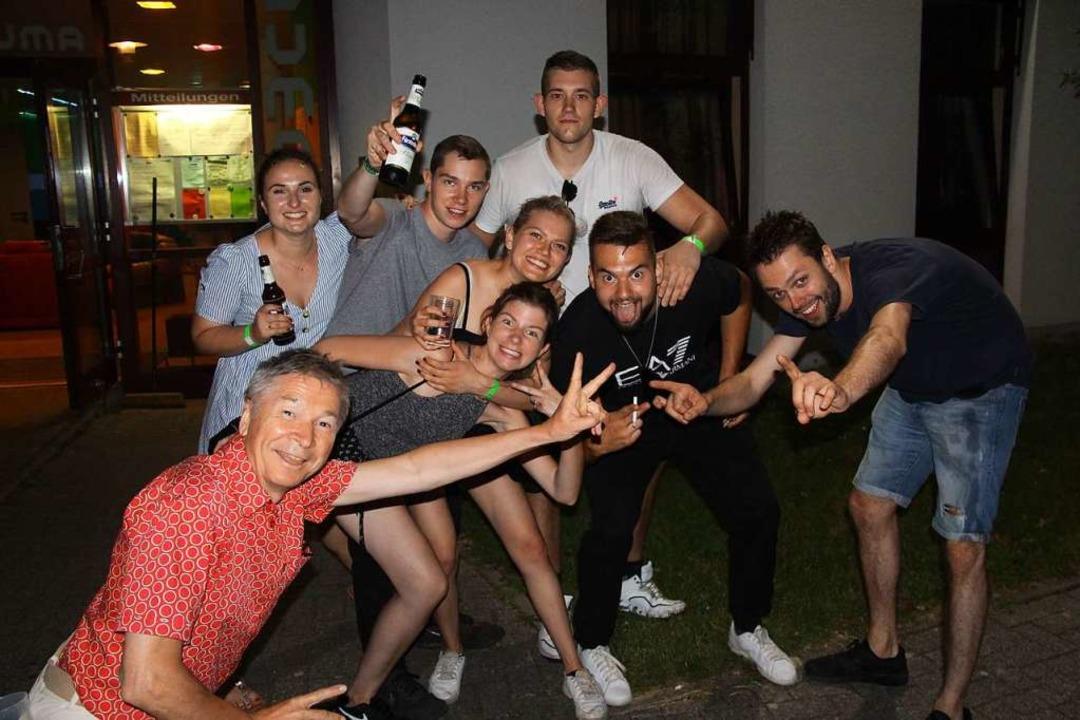 Die Jugend feierte ihre eigene Jubiläu...y mit DJ Pasha (rechts) im Jugendclub.    Foto: Horst David