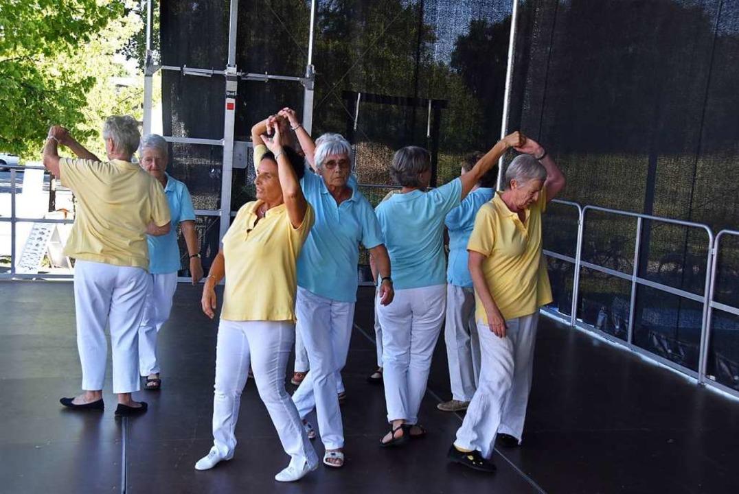 Beschwingt auch bei größter Hitze: die Tanzgruppe Wechselschritt    Foto: Manfred Frietsch