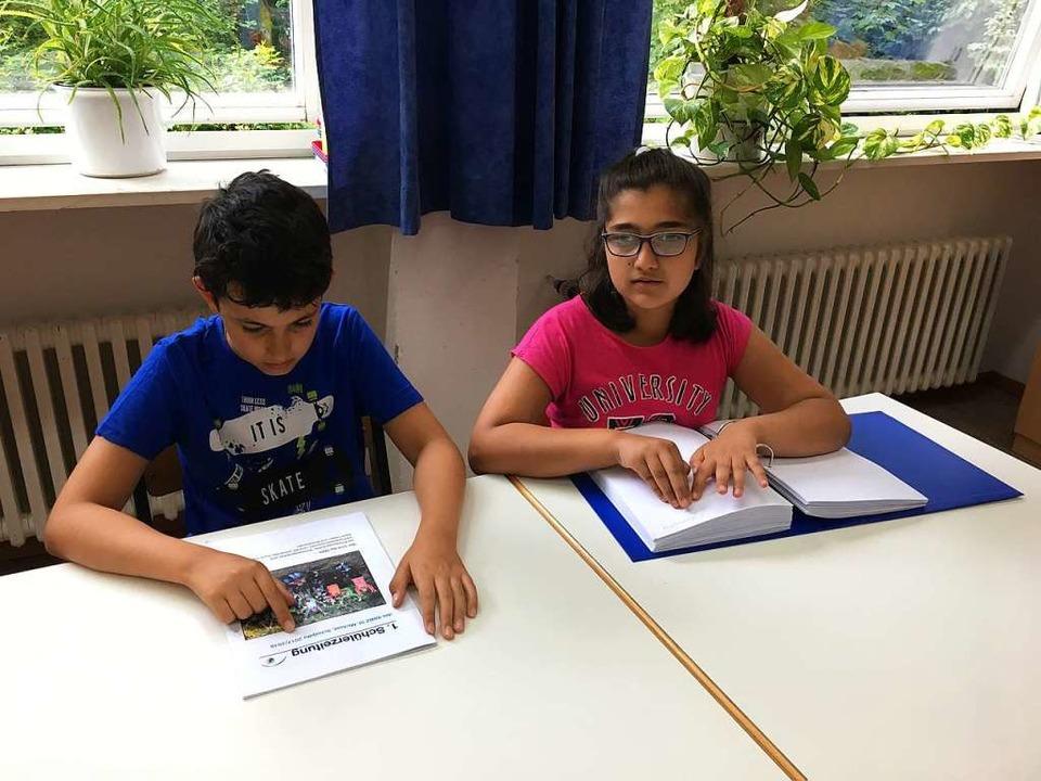 Nur zwei von vielen Varianten, die Inh...– in Braille-Schrift zum Tasten.  | Foto: Schule