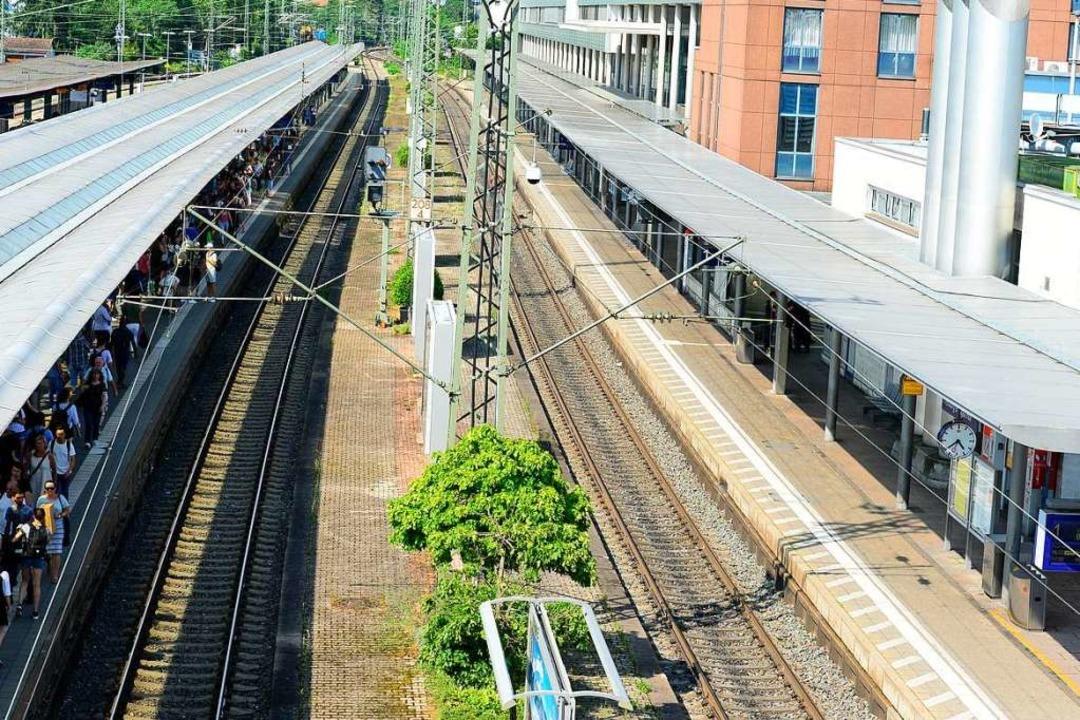 Der Bereich um Gleis 1 ist abgesperrt, auf Gleis 2 läuft der Zugverkehr noch.  | Foto: Ingo Schneider